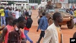 Des soldats de maintien de la paix patrouillent à Bangui, le 30 septembre 2015. (AP Photo)