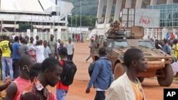 Des Casques Bleus français patrouillent à Bangui, 30 septembre 2015. (AP Photo)