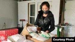 Bà Katie Nguyễn kiểm tra khẩu trang trước khi giao cho các bệnh viện quanh thành phố Seattle, Washington. Photo by Ngo Thi Thanh Loan