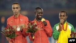 Vận động viên marathon Samuel Kamau Wanjiru của Kenya (giữa) đoạt huy chương vàng tại Thế Vận hội Bắc Kinh 2008 (hình chụp ngày 24/8/2008)