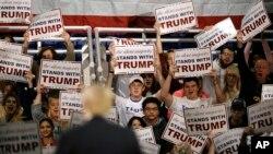 Respublikachilardan prezidentlik uchun asosiy da'vogar, milliarder Donald Tramp tarafdorlari, 11-dekabr, 2015-yil.