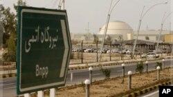 Bảng ghi 'nhà máy năng lượng nguyên tử' trên đường tới nhà máy điện hạt nhân Bushehr, Iran