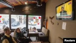 Građani Kijeva gledaju konferenciju svrgnutog predsednika Janukoviča na televiziji u jednom loklanom restoranu