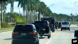 Đoàn xe của Tổng thống Donald Trump đi đến Câu lạc bộ Golf Quốc tế Trump, ngày 25 tháng 12, 2020, ở West Palm Beach, Florida.