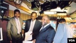 Le colonel Azali Assoumani (2e à partir de la droite) en visite à la VOA en 2003, en compagnie de Timothée Donangmaye (1er à gauche) et d'Idrissa Seydou Dia