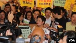 香港十六个政党和团体铜锣湾时代广场抗议Lancome(美国之音海彦拍摄)