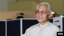 Menteri Urusan Sarawak, Abdul Taib Mahmud, memberi suara di pemilu di Kuching, Sarawak, Malaysia (16/4).