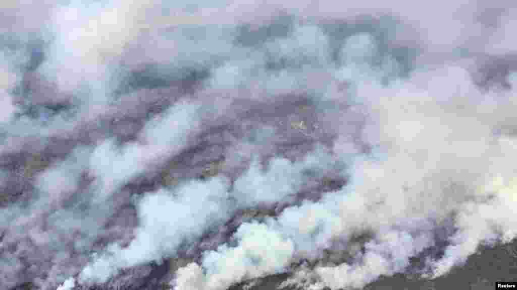 Une vue aérienne de l'hélicoptère du premier ministre de Rachel Notley montre la fumée des feux de forêt de Fort McMurray, le 4 mai 2016.