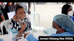 Une Gabonaise s'enregistre pour le vaccin contre le covid, à Libreville, le 30 août 2021. (VOA/Ismael Obiang Nze)