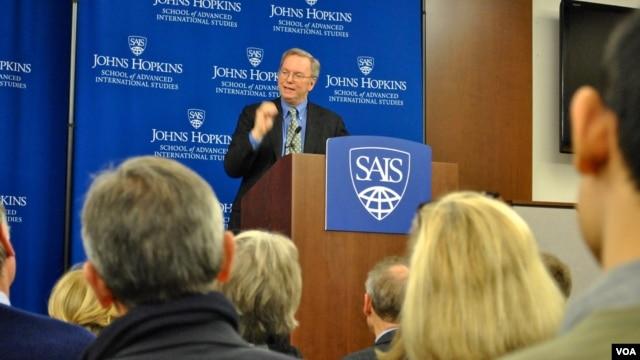 Chủ tịch công ty Google thuyết trình về vấn đề công nghệ và tăng trưởng kinh tế tại Đại học Johns Hopkins