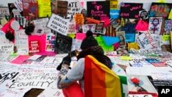 Muchas de las mujeres portaron carteles hechos en casa con lemas e imágenes desafiantes, esperanzados y a menudo descaradamente mordaces.