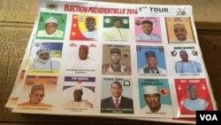 La liste des candidats à la présidentielle, dans un bureau de vote de Niamey, le dimanche 21 février 2016. (VOA/Nicolas Pinault)
