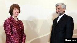 ຫົວໜ້າຄະນະເຈລະຈາຂອງອີຣ່ານ ທ່ານ Saeed Jalili (ຂວາ) ແລະທ່ານນາງ Catherine Ashton ຫົວໜ້ານະໂຍບາຍ ການຕ່າງປະເທດຂອງສະຫະພາບຢູໂຣບ ຖ່າຍຮູບຮ່ວມກັນ ກ່ອນການເຈລະຈາ ທີ່ນະຄອນ Almaty (5 ເມສາ 2013)