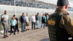 美國俄亥俄州科爾索花卉園藝中心卡斯塔利亞分店被逮捕的無證移民逮捕後被看押。