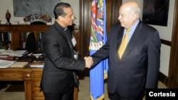 Monseñor Fabio Colindres, obispo castrense en El Salvador, saluda al secretario general de la OEA, Monseñor Colindres explicó a José Miguel Insulza la negociación que ha facilitado entre las pandillas de El Salvador [Foto: OEA].