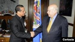 Monseñor Fabio Colindres, obispo castrense en El Salvador, saluda al secretario general de la OEA, José Miguel Insulza. Monseñor Colindres explicó la negociación que ha facilitado entre las pandillas de El Salvador [Foto: OEA].