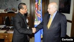 Monseñor Fabio Colindres, obispo castrense en El Salvador, saluda al secretario general de la OEA, José Miguel Insulza, durante su visita el 8 de mayo de 2012. [Foto: OEA].