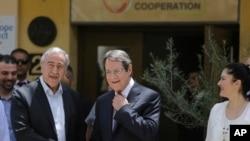 Le président chypriote Nicos Anasatsiades, à droite, et le leader chypriote turc Mustafa Akinci sur l'île de Chypre le 2 juin 2016.