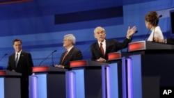 金里奇(左二)12月15日在艾奥瓦州苏城举办的共和党第13次辩论会上