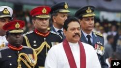 سری لنکاکے صدر مہندرا رجاپاکسا فوجی پریڈ کے معائنے کے موقع پر۔ فائل فوٹو