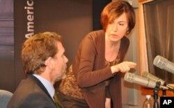 Η αρχισυντάκτης Άννα Καραγιαννοπούλου ρυθμίζει τεχνικές λεπτομέρειες για τη συνέντευξη