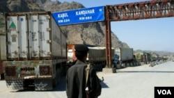 Seorang tentara Pakistan menjaga perbatasan Pakistan-Afghanistan tempat truk-truk NATO biasa mengisi pasokan bagi pasukannya di Afghanistan (foto: dok).
