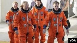La era del transbordador espacial viene a su conclusión con la misión STS-135, cuando las ruedas de 'Atlantis' vienen a una parada por última vez.