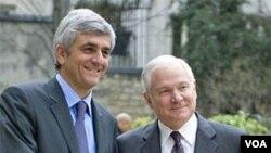 Secretario de Defensa de EE.UU., Robert Gates con el Ministro de Defensa francés, Herve Morin.