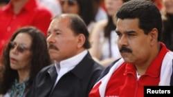 Phó Tổng thống Venezuela Nicolas Maduro (phải) và Tổng thống Nicaragua Daniel Ortega trong một buổi mít tinh ủng hộ Tổng thống Hugo Chavez tại Caracas, 10/1/2013