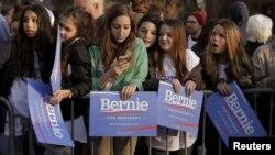 Kalangan muda pemilih AS datang untuk memberikan dukungan kepada Bernie Sanders pada kampanye di Washington Square Park di kota New York, Rabu (13/4).