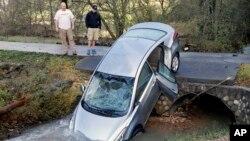 Varias viviendas y automóviles quedaron dañados debido a las inundaciones provocadas por las tormentas durante el fin de semana navideño.