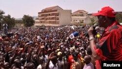 Uhuru Kenyatta s'adresse à ses partisans lors d'un rassemblement de campagne au stade de Homabay dans l'ouest du Kenya, le 1er mars 2013.