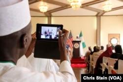 ສະມາຊິກຂອງແຂກທີ່ເຂົ້າຮ່ວມງານ ພາກັນຖ່າຍຮູບຂອງລັດຖະມົນຕີການຕ່າງປະເທດສະຫະລັດ ທ່ານ John Kerry ແລະສຸລະຕານ Sokoto Sa'adu Abubakar ທີ່ພາລາດຊະວັງ Sokoto, ໄນຈີເຣຍ, 23 ສິງຫາ 2016.