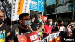 香港民众2020年7月1日在当局升旗仪式附近举行抗议(路透社)