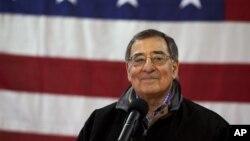 美國防部長帕內塔在意大利對美國軍人們說支持奧巴馬總統得槍支管制政策