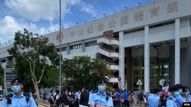 """香港政府未经地区咨询,容许华大基因在港岛西区中山纪念公园体育馆改建临时""""火眼实验室"""",进行全民病毒检测,引起当区居民不满,一批民主派中西区区议员8月7日早上到场抗议,并要求召开区议会特别会议,约200名警员到场驻守。 (美国之音汤惠芸拍摄)"""