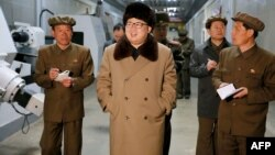 朝鲜领导人金正恩(中)。