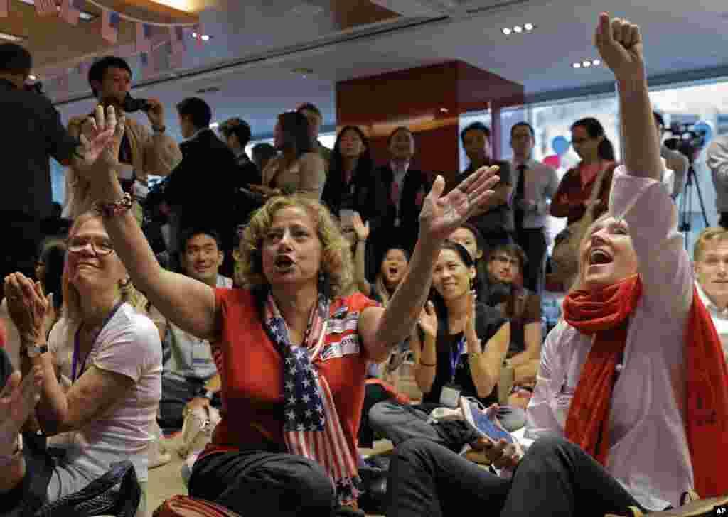 Réactions des supporters d'Hillary Clinton en regardant les résultats de l'élection présidentielle américaine à Hong Kong, le 9 novembre 2016.