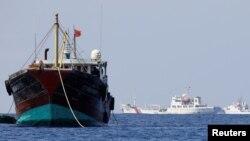 Kapal penangkap ikan China (kiri) beroperasi di Laut China selatan yang disengketakan (foto: ilustrasi).