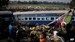 Spasilačke ekipe na mestu železničke nesreće u Indiji