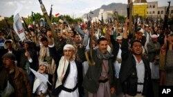 Phiến quân Houthi giơ vũ khí và hô khẩu hiệu trong một cuộc biểu tình chống lại các cuộc không kích do Saudi đứng đầu ở Sana'a, Yemen, ngày 24/8/2015.