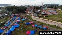Kawasan di sekitar Stadion Manakarra yang menjadi salah satu lokasi pengungsian korban gempa di Kabupaten Mamuju, Sulawesi Barat, Selasa, 26 Januari 2020. (Foto: Yoanes Litha/VOA)