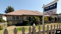 Sebuah rumah dijual di Los Angeles, California (foto: ilustrasi). Penjualan rumah AS mencatat laju paling cepat pada November lalu, dalam hampir sepuluh tahun terakhir.