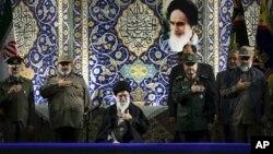 El líder supremo iraní, ayatola Ali Khamenei, condicionó las negociaciones con las potencias occidentales al decir que Irán no dará marcha atrás en sus derechos nucleares.