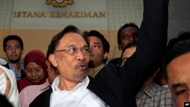 Malaysian opposition leader Anwar Ibrahim gestures as he leaves a courthouse in Putrajaya, Malaysia, March 7, 2014.