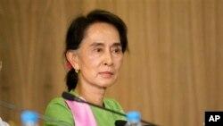 Một số người đã lên tiếng chỉ trích lãnh tụ đối lập Aung San Suu Kyi về việc không thúc đẩy cho tinh thần làm việc có trách nhiệm