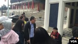 台北的中正紀念堂附近的自由廣場上的遊客。(美國之音)