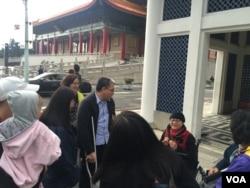 台北的中正纪念堂附近的自由广场上的游客。(美国之音萧洵拍摄)