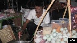 Seorang pedagang kerak telor tengah mempersiapkan dagangannya di ajang Pesta Rakyat Jakarta yang dibuka Wagub DKI Jakarta, Basuki Tjahaja Purnama (14/6).