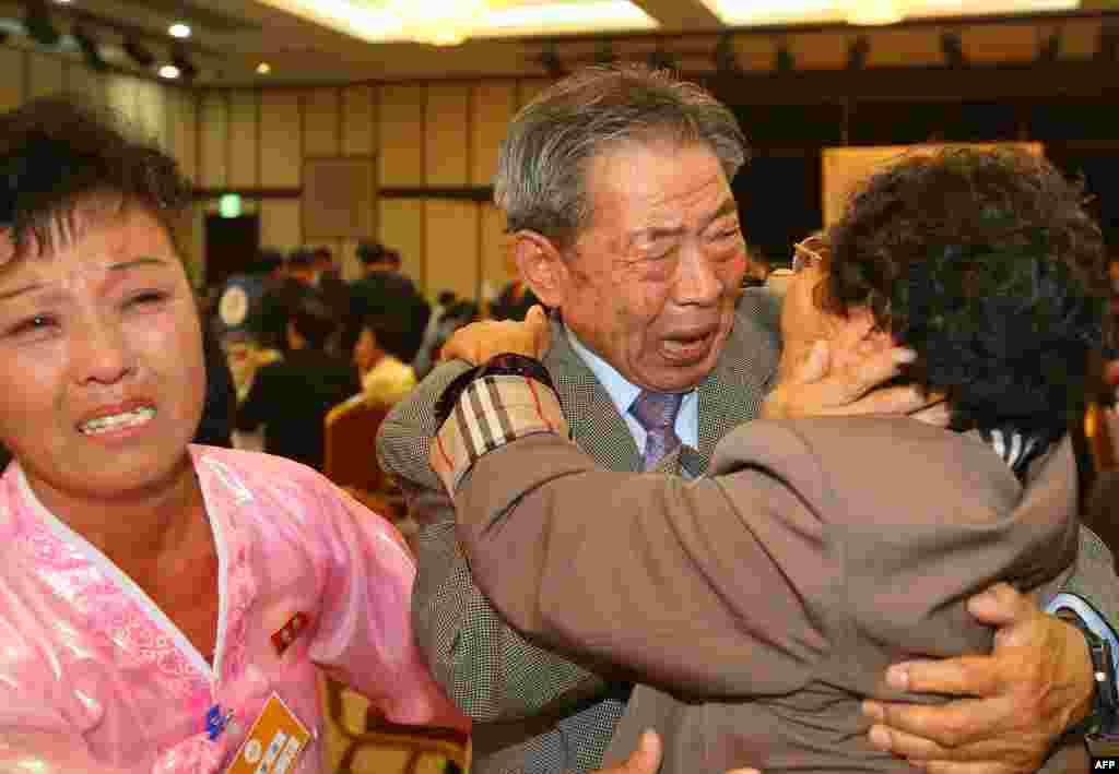 کوریائی جنگ کے نتیجے میں منقسم ہونے والے جنوبی کوریا کے عمر رسیدہ افراد کے ایک گروپ نے شمالی کوریا میں رہ جانے والے اپنے خاندان کے افراد سے ملاقات کی ہے۔
